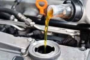 wymiana oleju w samochodzie